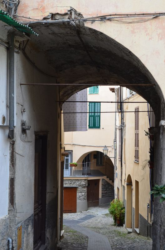 tiny streets of Pigna