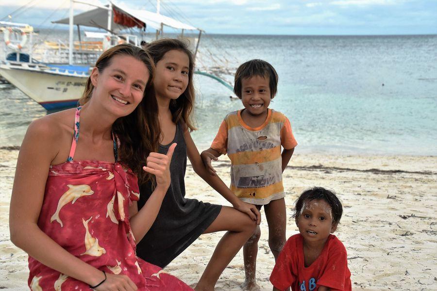 s miestnymi detmi na Filipinach