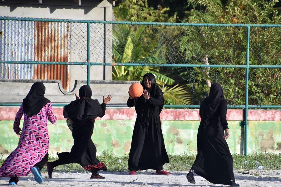 Maldivcanky hraju basketbal
