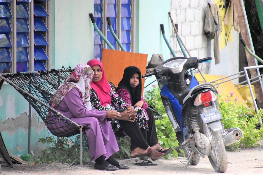 Maldivcanky oddychuju pred domom