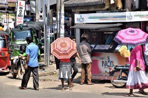 Sri Lanka zeny s dazdnikmi