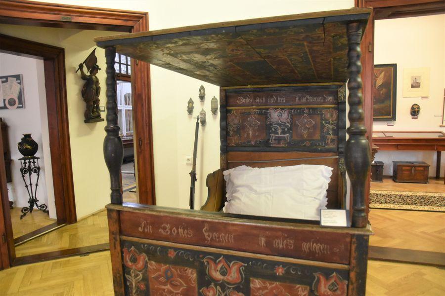 stara malovana postel