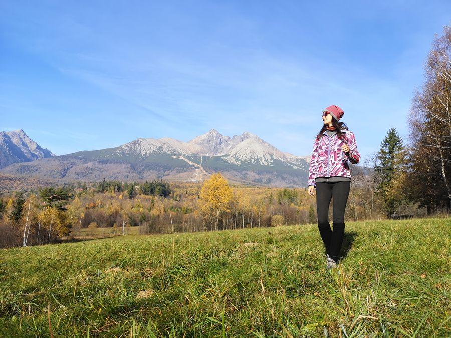 uzasny vyhlad na Tatry z cintorina Tatranska Lomnica