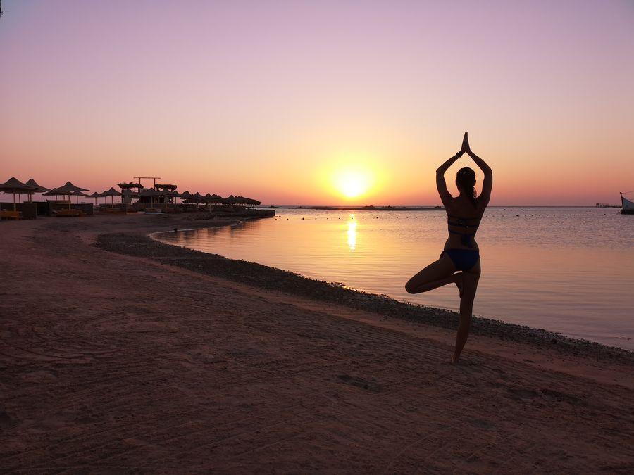 joga pri vychode slnka na plazi v Egypte