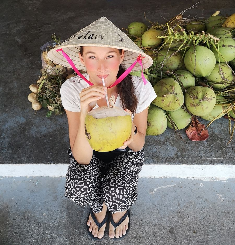 crazy sexy fun traveler pije kokos