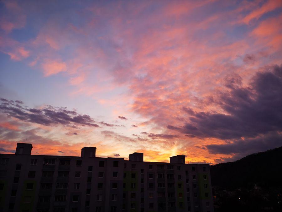 sledujem zapad slnka z balkona
