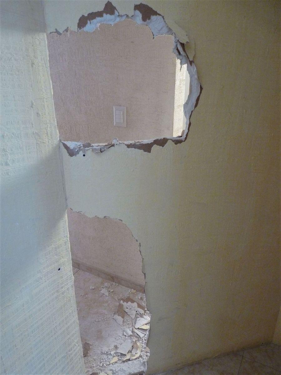 urobili diery do steny