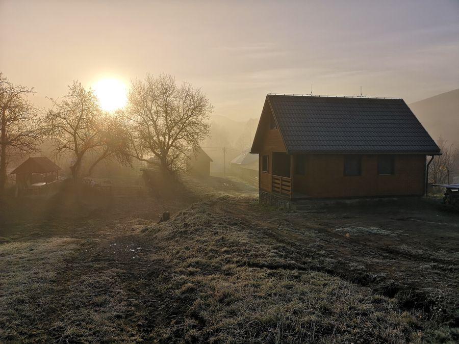 mrazivy vychod slnka na chate v Runine