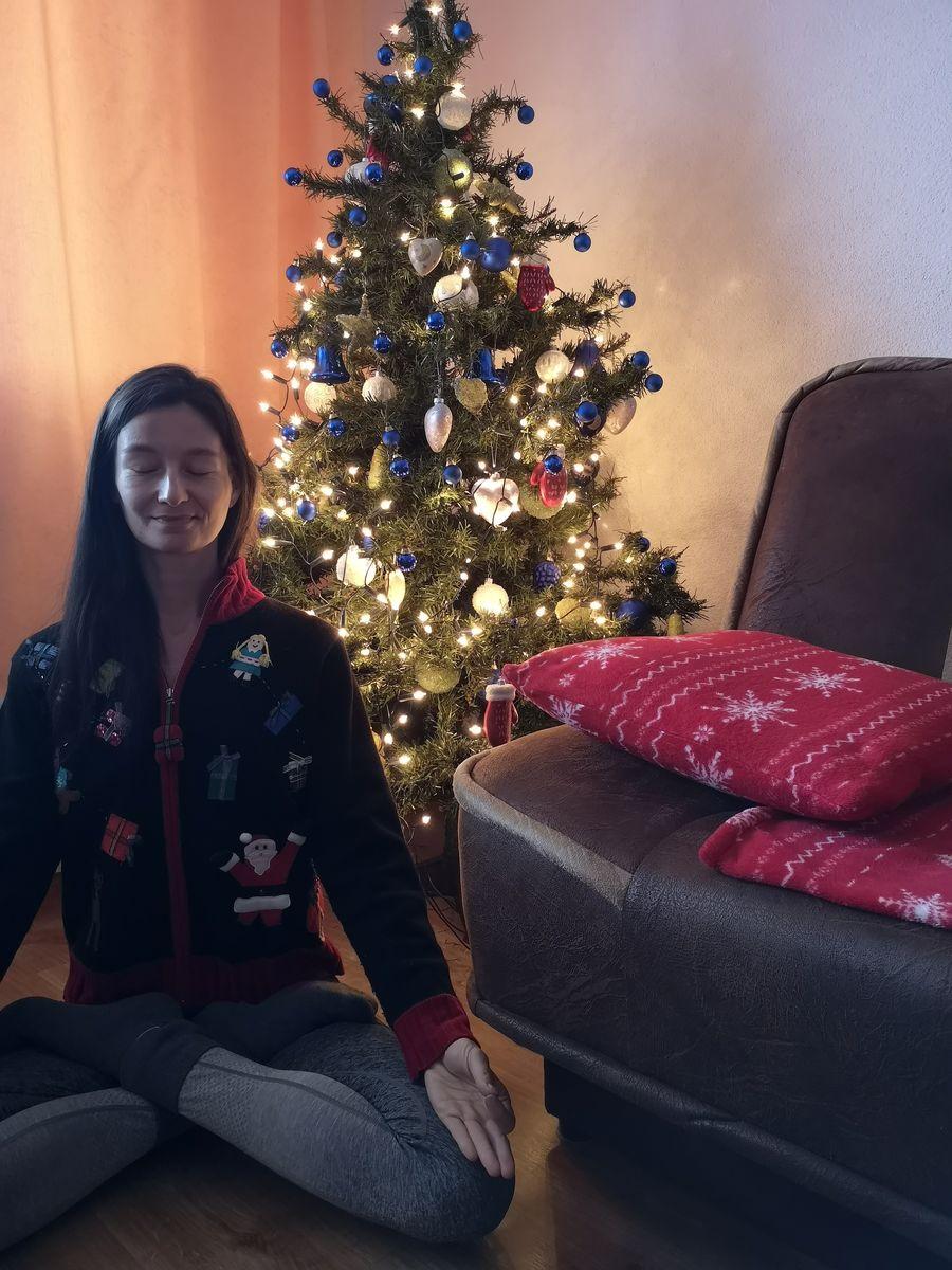 meditacia doma pri vianocnom stromceku
