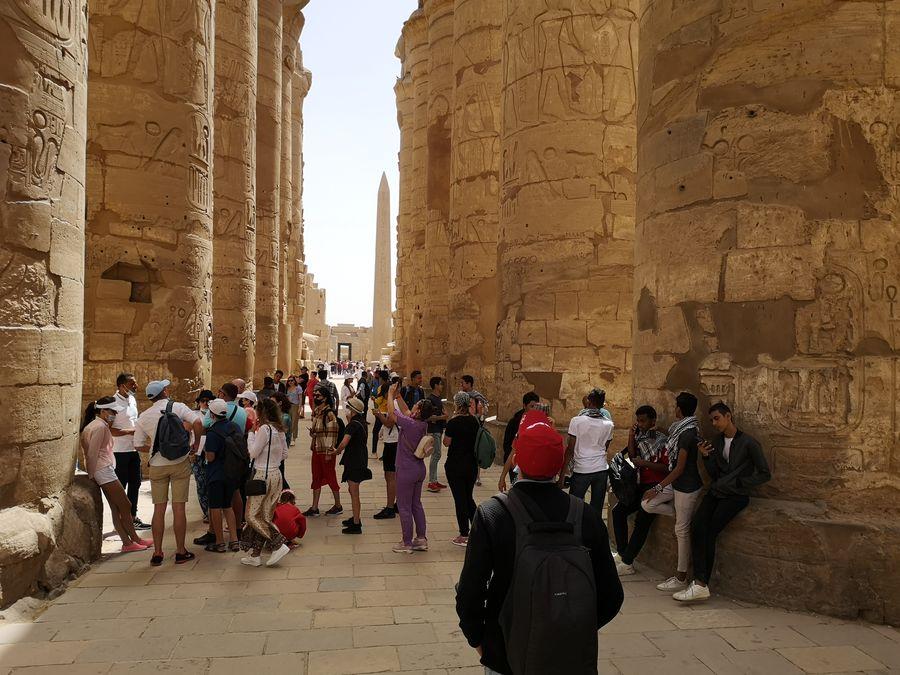 Karnak plny ludi na obed