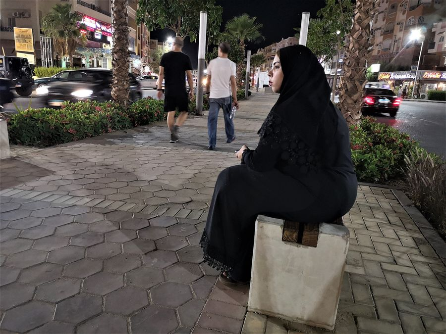 vynimocne sama Egyptanka vecer na ulici