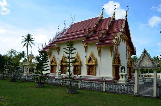 Wat Srithanu on Koh Phangan with tombs