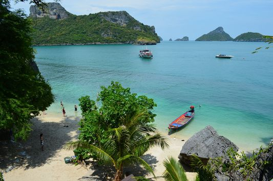 Koh Mae Ko island beach from the viewpoint in Angthong Marine National Park