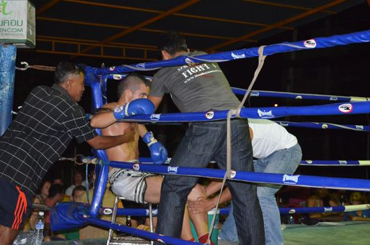 a break between the rounds of Thai boxing on Koh Phangan