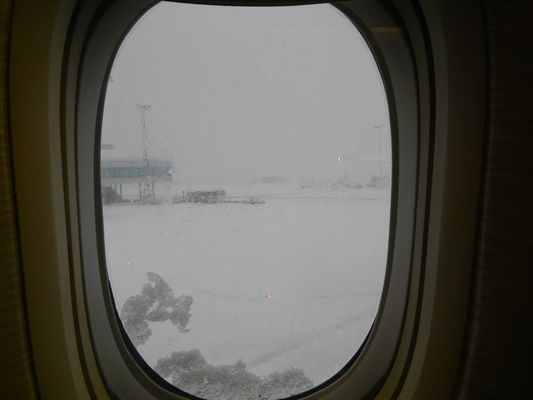 heavy snow at Prague airport before take off to Dubai