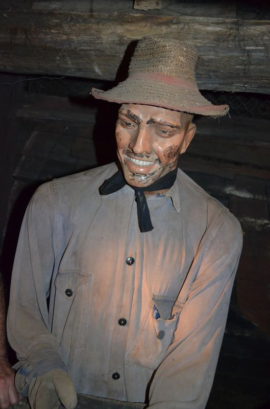 a statue of an old miner with his traditional hat, clothes and gloves in Chiflon del Diablo