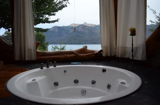 jacuzzi with lake view in cabana Ruca Lico