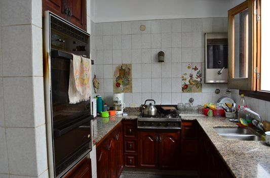 fully-equipped kitchen of Alquimia hostel in Salta