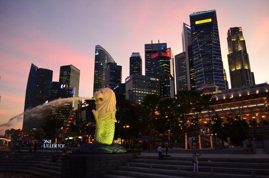 Singapore skyscrapers behind Merlion Park