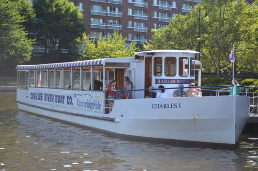 Charles RiverBoat leaving from CambridgeSide Galleria
