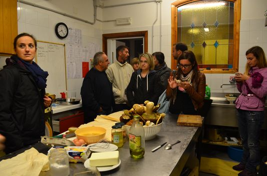 bloggers watching truffle cooking