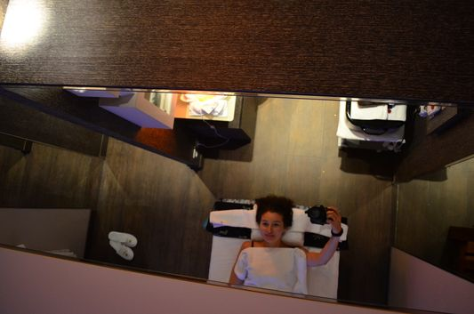 the mirror above me where I could see the whole Aurea del Mare facial treatment