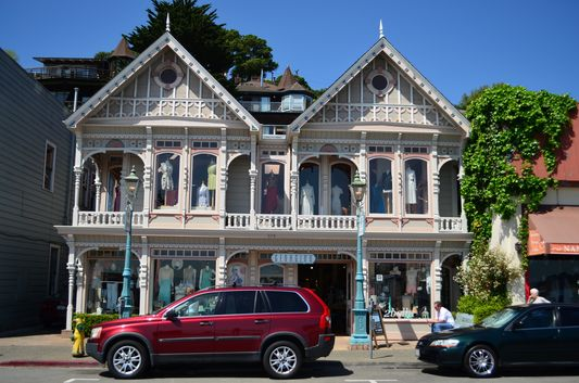 nicely decorated houses and shops on the Sausalito main street