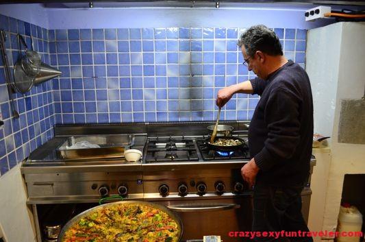 Joan Marce preparing vegetarian paella for us