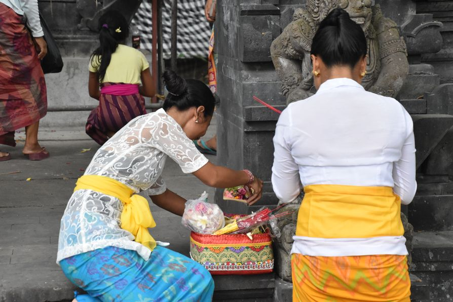 Pura Tirta Empul Bali water temple cleaning ritual (1)